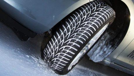 Un véhicule sur la neige